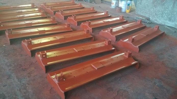 板式给矿机槽板和滚轮